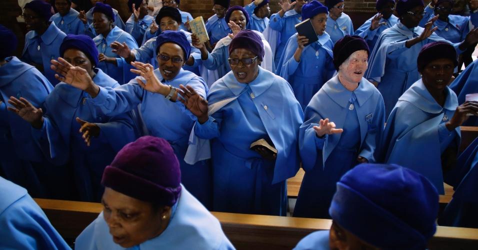 Mulheres rezem por Nelson Mandela em igreja de Soweto, África do Sul, neste domingo (8). O ex-presidente  sul-africano morreu na última quinta-feira (8) aos 95 anos