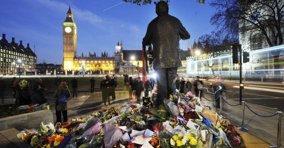 9.dez.2013 - Ingleses deixam flores aos pés da estátua de Nelson Mandela, em Londres