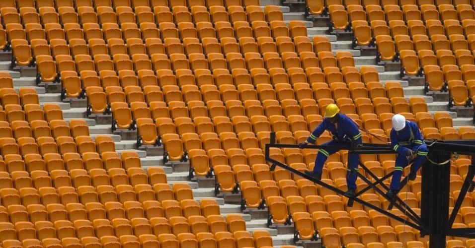 9.dez.2013 - Operários trabalham na construção de palco no estádio nacional FNB, onde ocorrerá a missa fúnebre de Nelson Mandela, nesta segunda-feira (9)