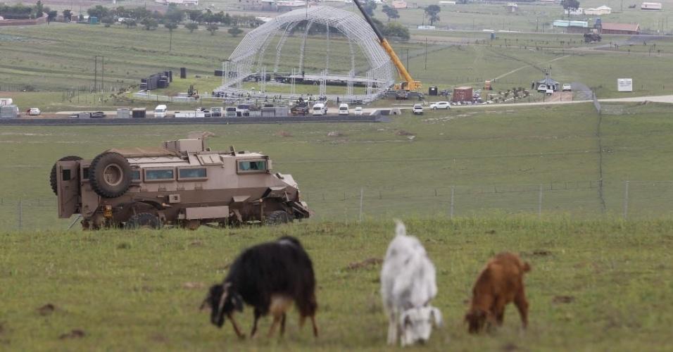 9.dez.2013 - Operários trabalham na montagem da arena onde será enterrado o líder sul-africano Nelson Mandela, nesta segunda-feira (9), em Qunu. Mandela morreu dia 5, aos 95 anos de idade