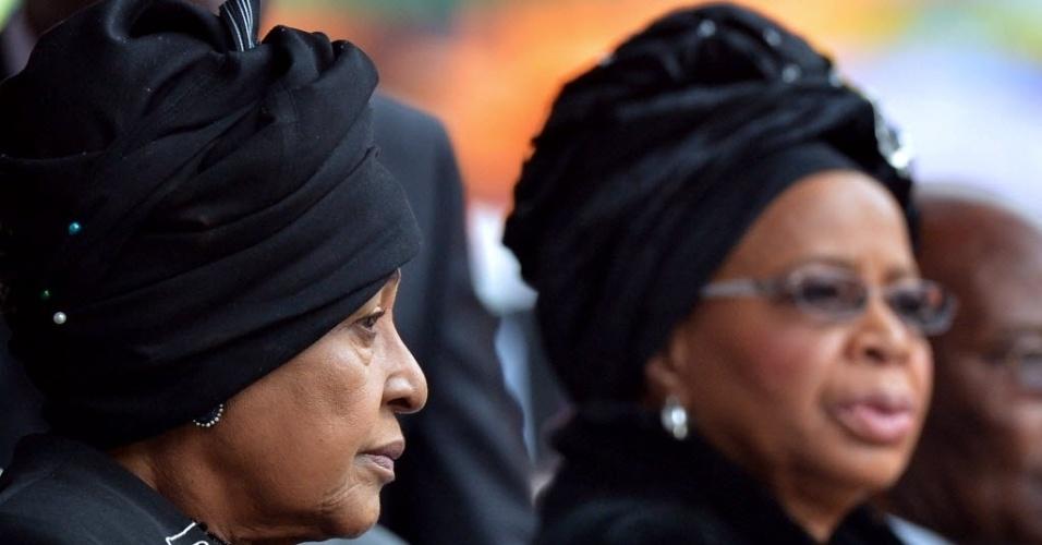 10.dez.2013 - A ex-mulher de Nelson Mandela, Winnie Madikizela?Mandela (à esquerda), e a viúva do líder sul-africano, Graça Machel, participam das homenagens a Mandela no estádio Soccer City, em Johannesburgo