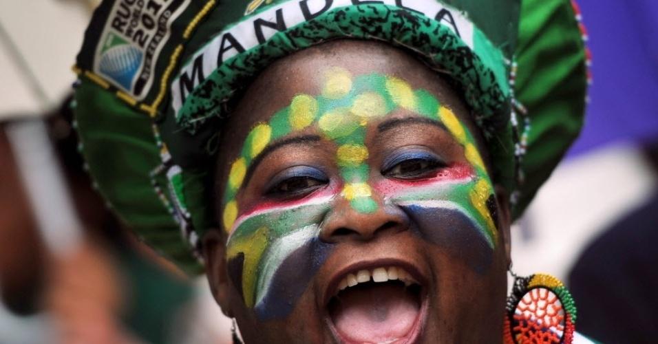 10.dez.2013 - Mulher com o rosto pintado com as cores da bandeira da África do Sul participa de homenagem durante o funeral de Nelson Mandela no estádio Soccer City- no bairro de Soweto, em Johannesburgo
