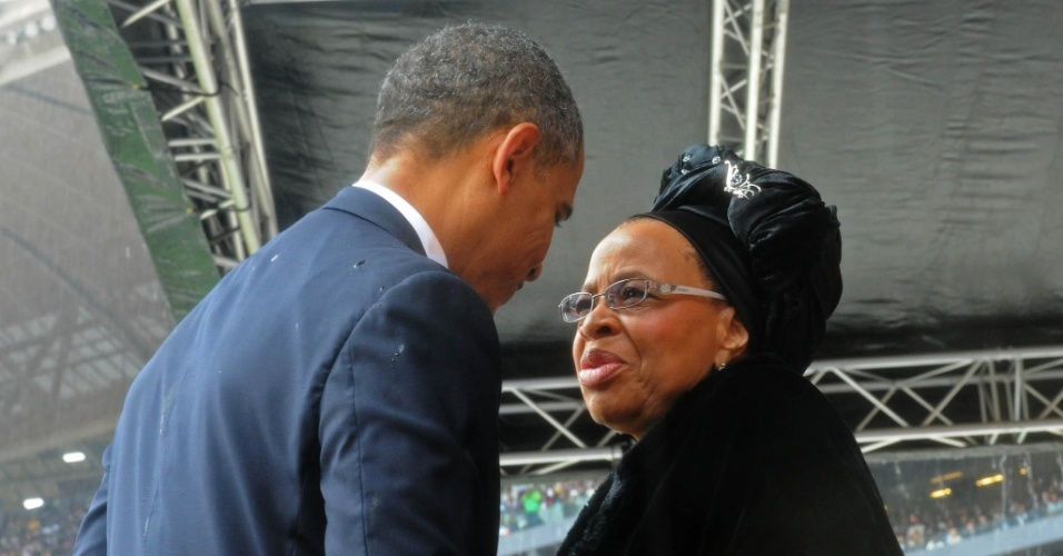 10.dez.2013 - O presidente dos Estados Unidos, Barack Obama, cumprimenta a viúva de Nelson Mandela, Graça Machel, durante cerimônia de homenagem ao líder sul-africano no estádio Soccer City, em Johannnesburgo