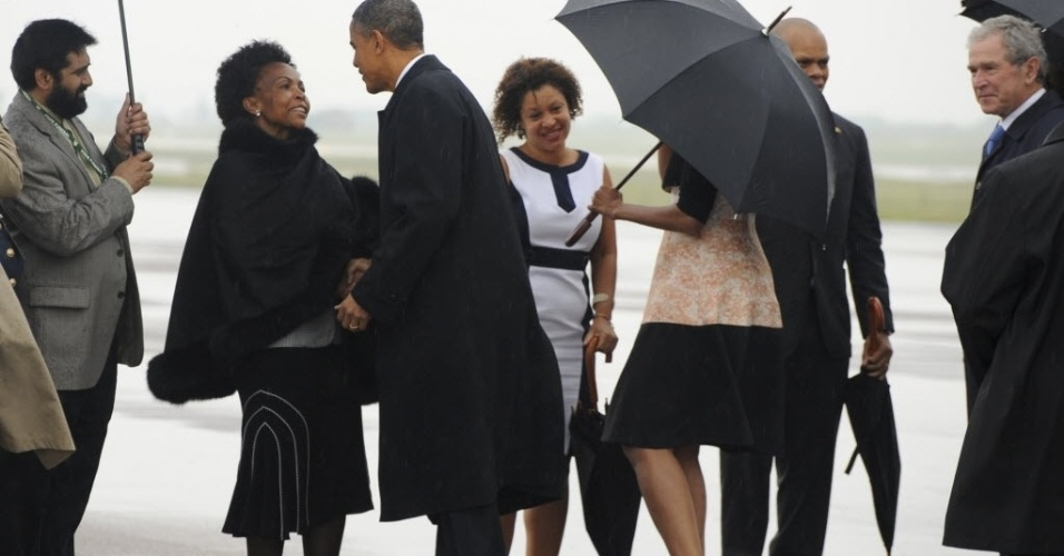 10.dez.2013 - O presidente dos EUA, Barack Obama, e o e ex-presidente George Bush são recebidos por funcionários em sua chegada à Base Aérea de Waterkloof, Pretória, África do Sul. Autoridades prestam homenagens ao ex-presidente Nelson Mandela durante funeral nesta terça-feira