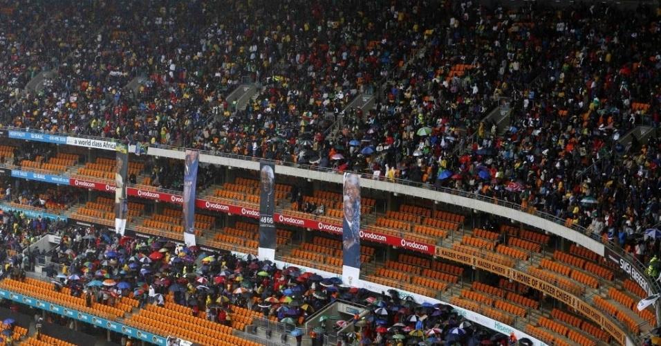 10.dez.2013 - Pessoas começam a lotar o estádio Soccer City, na África do Sul,  onde o ex-presidente Nelson Mandela vai receber uma homenagem especial como parte das cerimônias de seu funeral