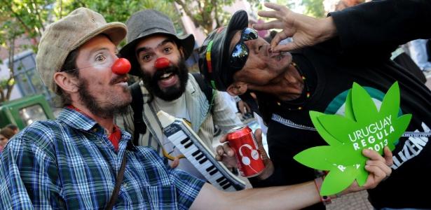 Uruguais participam nesta terça-feira (10) da 'Última Marcha com Maconha Ilegal', em Montevidéu