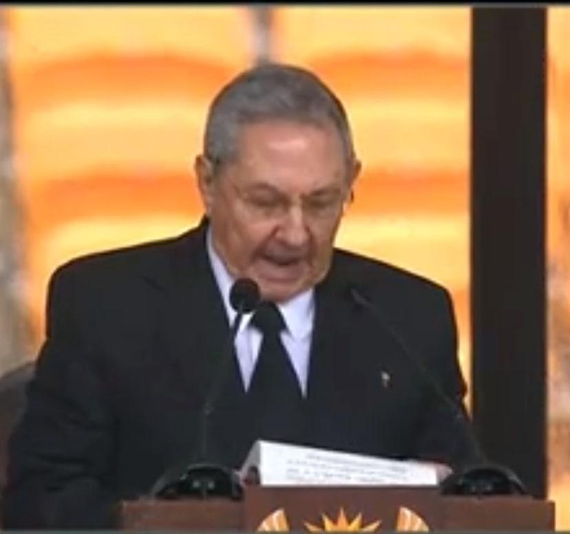 10.dez.2013 - Presidente de Cuba, Raúl Castro, discursa no estádio Soccer City- no bairro de Soweto, em Johannesburgo, onde o ex-presidente Nelson Mandela recebe homenagens como parte das cerimônias de seu funeral