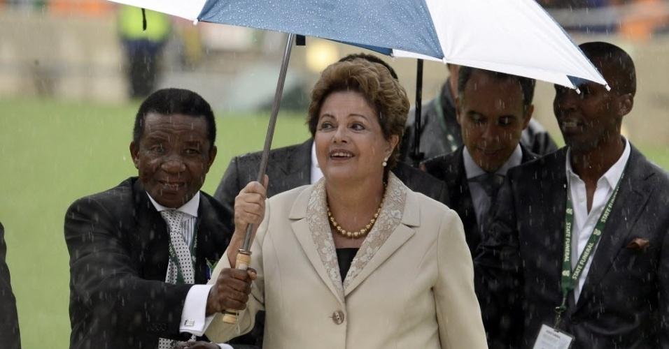 10.dez.2013 - Presidente Dilma Roussef chega ao estádio Soccer City- no bairro de Soweto, em Johannesburgo, onde o ex-presidente Nelson Mandela vai receber uma homenagem especial como parte das cerimônias de seu funeral