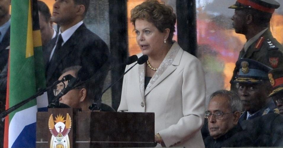 """10.dez.2013 - Presidente Dilma Roussef discursa no estádio Soccer City- no bairro de Soweto, em Johannesburgo, onde o ex-presidente Nelson Mandela recebe homenagens como parte das cerimônias de seu funeral. Dilma disse que Mandela foi uma """"personalidade maior do século 20"""""""