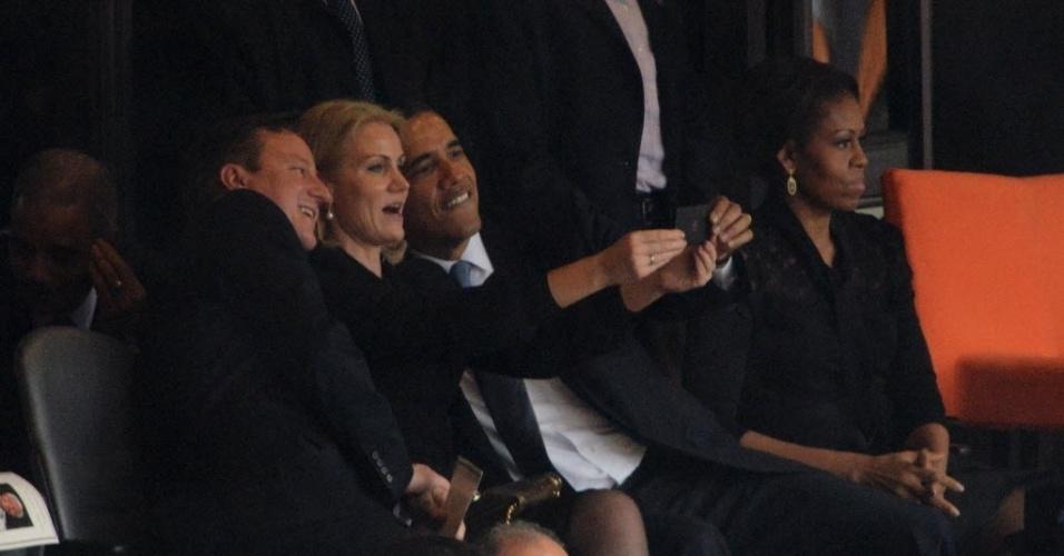 """10.dez.2013 - 10.dez.2013 - O presidente dos EUA, Barack Obama, o primeiro-ministro britânico, David Cameron, e a primeira-ministra da Dinamarca, Helle Thorning-Schmidt, tiram um """"selfie"""", autorretrato com celular, durante as homenagens do funeral do ex-presidente da África do Sul Nelson Mandela"""