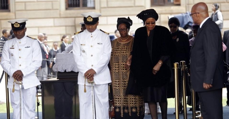 11.dez.2013 - Graça Machel (de preto), viúva do ex-presidente sul-africano Nelson Mandela, vela o corpo do marido na sede do governo do país, em Pretória, nesta quarta-feira (11)