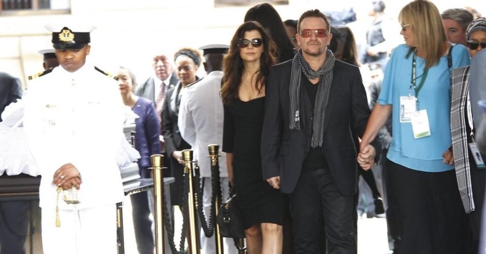 11.dez.2013 - O cantor Bono Vox e sua mulher, Ali Hewson, despedem-se de Nelson Mandela em velório realizado na capela instalada no palácio presidencial da África do Sul, o Unions Buildings, em Pretória, nesta quarta-feira (11). Centenas de pessoas acompanharam a passagem de Mandela pelas ruas da cidade durante o cortejo fúnebre
