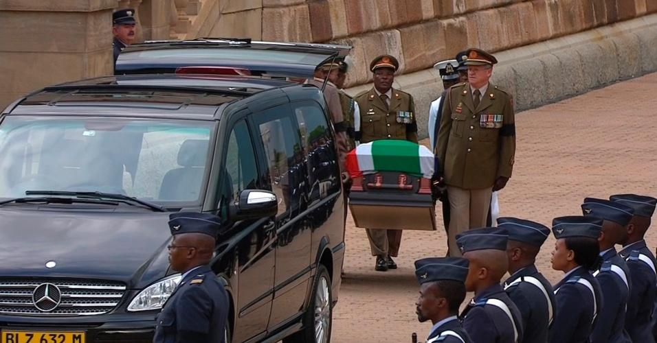 11.dez.2013 - O corpo de Nelson Mandela foi transferido de novo ao Hospital Militar de Pretória após ter permanecido na capela instalada na sede do Governo sul-africano, na capital do país. O corpo será velado no local por mais dois dias
