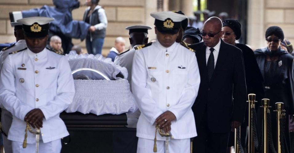 11.dez.2013 - O presidente da África do Sul, Jacob Zuma, despede-se de Nelson Mandela em velório realizado na capela instalada no palácio presidencial da África do Sul, o Unions Buildings, em Pretória, nesta quarta-feira (11). Centenas de pessoas acompanharam a passagem de Mandela pelas ruas da cidade durante o cortejo fúnebre
