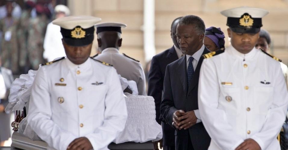 11.dez.2013 - O ex-presidente sul-africano Thabo Mbeki (dir.) despede-se de Nelson Mandela em velório realizado na capela instalada no palácio presidencial da África do Sul, o Unions Buildings, em Pretória, nesta quarta-feira (11). Centenas de pessoas acompanharam a passagem de Mandela pelas ruas da cidade durante o cortejo fúnebre