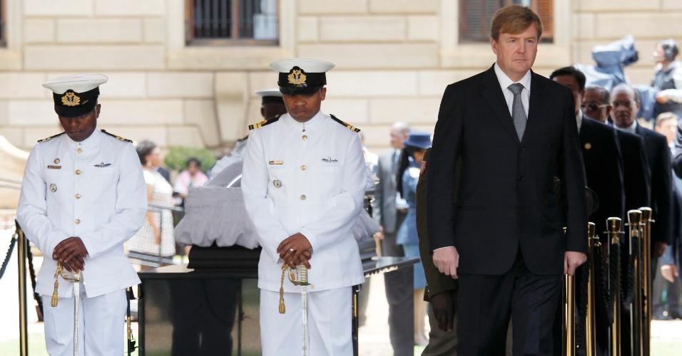 11.dez.2013 - O rei da Holanda, Willem-Alexander (à dir.), se afasta do caixão de Nelson Mandela, no Union Buildings, em Pretória. O velório do líder sul-africano deve durar mais dois dias