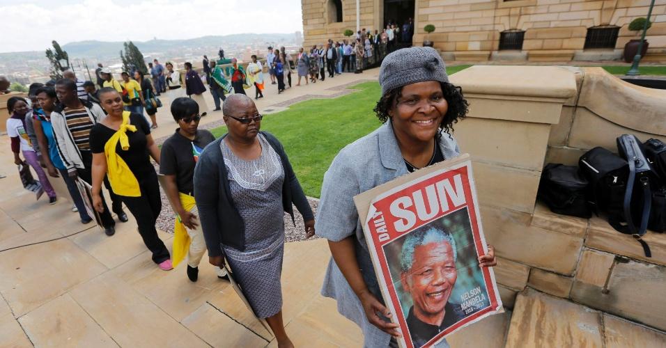 11.dez.2013 - Pessoas aguardam em fila para velar o corpo do ex-presidente Nelson Mandela, no Union Bulidings, em Pretória