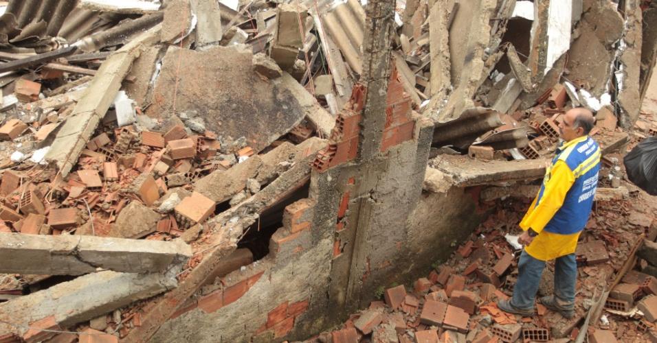 12.dez.2013 - A chuva forte em Nova Iguaçu provocou o desabamento de casas em vila de Carmari, no Rio de Janeiro