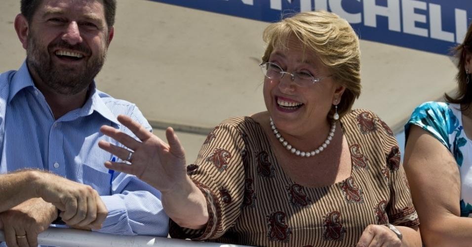 12.dez.2013 - A ex-presidente Michelle Bachelet faz comício nesta quinta-feira (12), último dia de campanha do segundo turno da eleição presidencial no Chile. A votação está marcada para este domingo (15). Favorita, Bachelet tenta voltar à presidência e concorre com a candidata Evelyn Matthei
