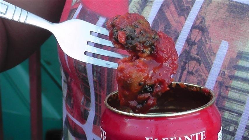 12.dez.2013 - A servente Ivani Coelho, moradora de Cascavel (PR) mostra molho de tomate estragado comprado em supermercado da cidade. A lata de molho estava dentro da validade
