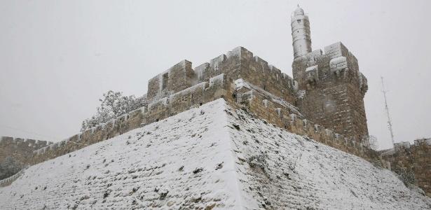 A Torre de Davi, em Jerusalém, parcialmente coberta pela neve após uma tempestade interditar rodovias e fechar escolas em Israel