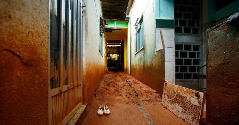 12.dez.2013 - Fortes chuvas causaram estragos no bairro de Austin, em Nova Iguaçu, região metropolitana do Rio de Janeiro, deixando milhares de desalojados
