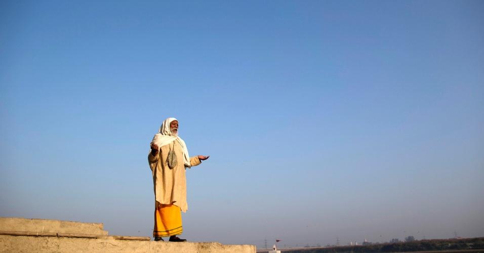 12.dez.2013 - Homem hindu reza às margens do rio Yamuna, nesta quinta-feira (12), em Nova Déli, na Índia