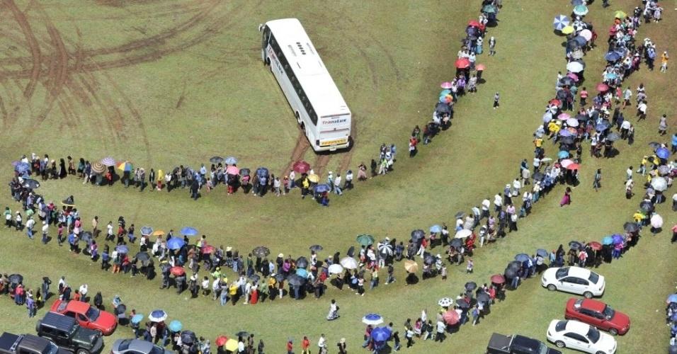 12.dez.2013 - Milhares de pessoas fazem fila para ver o corpo de Nelson Mandela em velório no Union Buildings, sede do governo da África do Sul em Pretória, nesta quinta-feira (12). Conforme a tradição, cada pessoa deve  estar acompanhada por um familiar