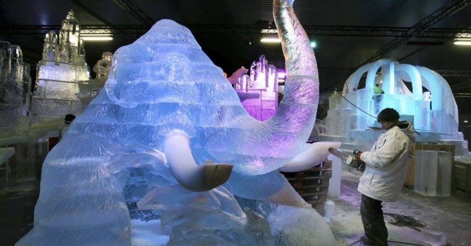 12.dez.2013 - O artista russo Seguéi Zaplatin finaliza nesta quinta-feira (12) uma escultura com forma de mamute feita para a 11ª edição do Festival Mundial de Gelo em Rövershagen, na Alemanha