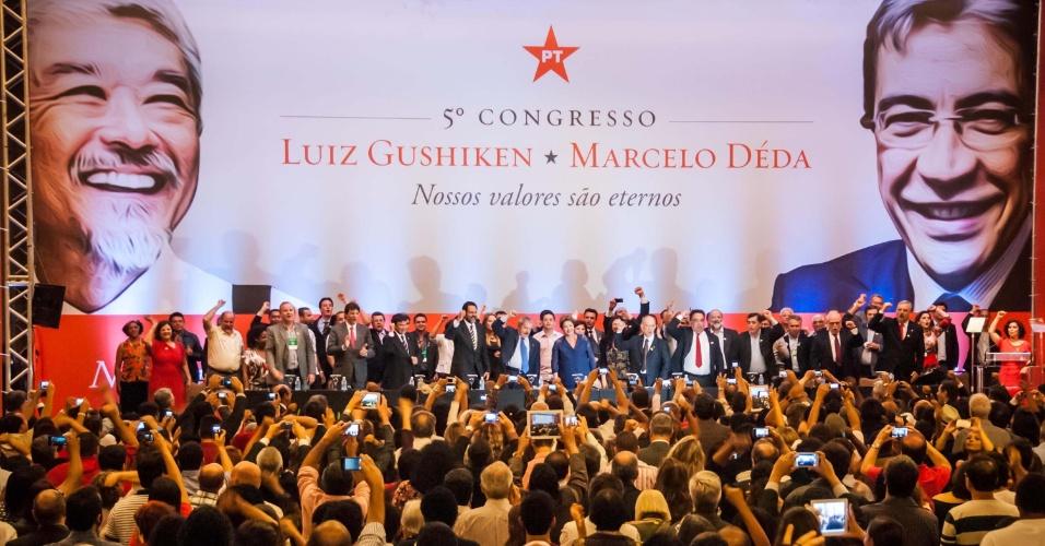 12.dez.2013 -  O ex-presidente do Brasil, Luiz Inácio Lula da Silva e presidenta do Brasil, Dilma Rousseff participam do 5º Congresso do Partido dos Trabalhadores (PT), em evento realizado no Centro de Convenções Brasil 21, em Brasília (DF), na noite desta quinta-feira (12)