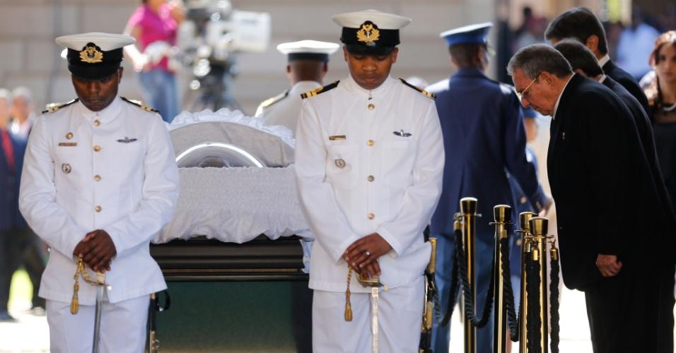 12.dez.2013 - O presidente de Cuba, Raúl Castro (à dir.), presta homengem ao líder sul-africano Nelson Mandela, nesta quinta-feira (12), no Union Buildings, em Pretória, África do Sul. O velório de Mandela entra hoje em seu segundo dia