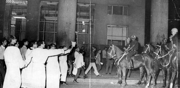 Padres tentam evitar choque com policiais a cavalo durante missa de sétimo dia em memória do estudante Edson Luís de Lima Souto, nas proximidades da Igreja da Candelária, no Rio de Janeiro. Ele foi assassinado em março de 1968 pela PM, em protesto contra a alta dos preços do restaurante universitário