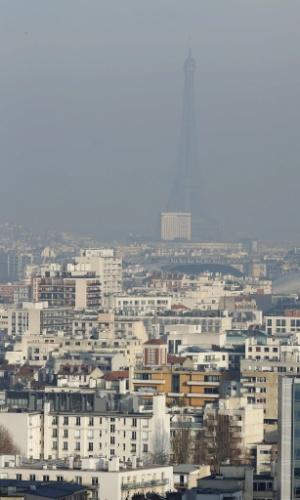 12.dez.2013 - Poluição prejudica a visibilidade na região da torre Eiffel nesta quinta-feira (12). A situação é agravada pelo clima frio, seco e sem vento na região de Paris. A capital francesa manteve o nível de alerta de poluição pelo quarto dia seguido