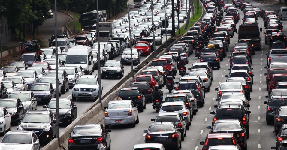 12.dez.2013 - Trânsito intenso no corredor norte-sul da avenida 23 de Maio, próximo ao Viaduto Santa Generosa, região do Paraíso, em São Paulo (SP), na tarde desta quinta-feira (12)