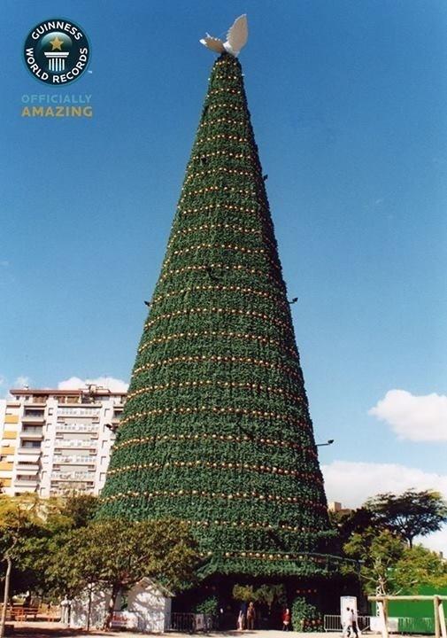 """13.dez.2013 - A maior árvore de natal artificial já montada, de acordo com o Guiness, é brasileira. A gigante de 52 metros, ou 55 m, se contada a pomba no topo da estrutura, foi armada no parque Moinhos de Vento, em Porto Alegre, no Rio Grande do Sul, de 1º de dezembro de 2001 a 6 de janeiro de 2002 e foi batizada de """"Árvore da Paz"""". A árvore tinha 3.000 bolas de Natal e 200 lâmpadas"""