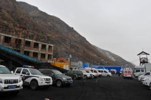 13.dez.2013 - Ambulâncias e viaturas ficam à disposição do lado de fora de mina de carvão em Xinjiang (China), depois de explosão de gás havia deixado 22 operários presos no local
