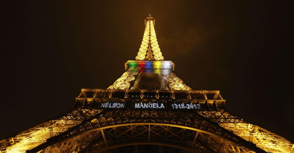 """13.dez.2013 - As palavras """"Nelson Mandela, 1918 -2013"""" e faixas de luz nas cores da bandeira nacional da África do Sul são vistas na torre Eiffel, em Paris, em homenagem ao ex-presidente sul-africano"""