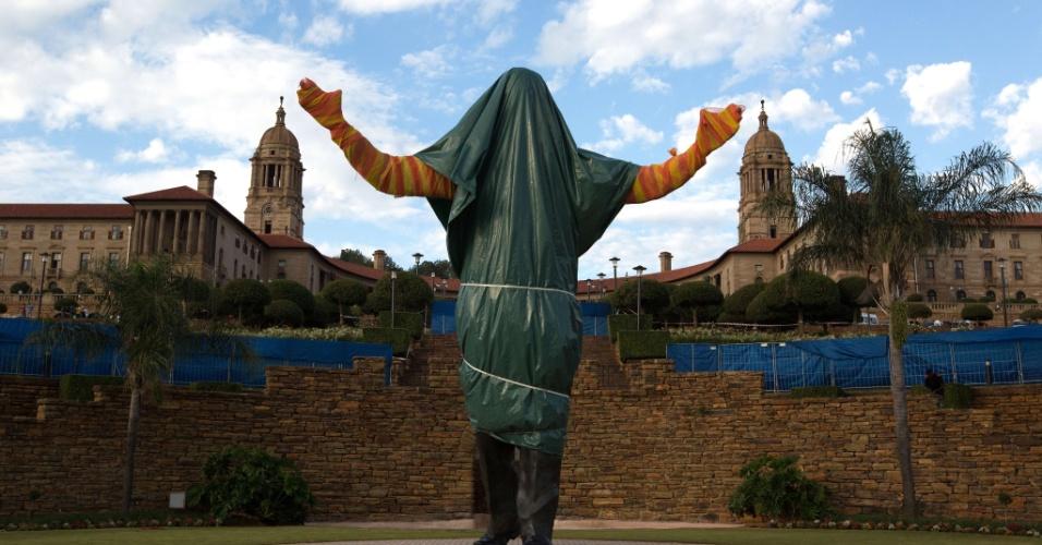 13.dez.2013 - Estátua de Nelson Mandela é vista coberta em Pretória, na África do Sul, no último dia do funeral do ex-presidente sul-africano. A estátua só será divulgada ao público no dia 16 de dezembro