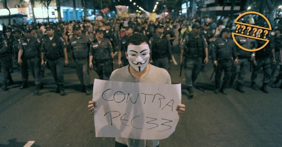 13.dez.2013 - Manifestante mostra cartaz durante protesto no Rio de Janeiro, em junho de 2013, contra a PEC 33, proposta de emenda constitucional que limita o poder do STF (Supremo Tribunal Federal), submetendo algumas decisões da Corte ao Congresso Nacional. O projeto tramita na Câmara Federal