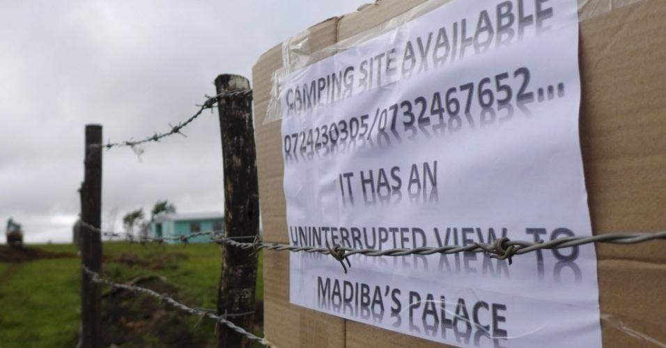 13.dez.2013 - Moradores oferecem à imprensa internacional espaço para acampamento em terreno ao lado da antiga casa do ex-presidente da Áfica do Sul Nelson Madela na vila de Qunu