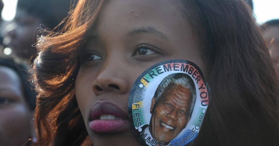 13.dez.2013 - Mulher enfrenta fila para se despedir de Nelson Mandela em Pretória, na África do Sul, no última dia de velório do ex-presidente. Mais de 100 mil pessoas conseguiram prestar suas homenagens ao ícone anti-Apartheid
