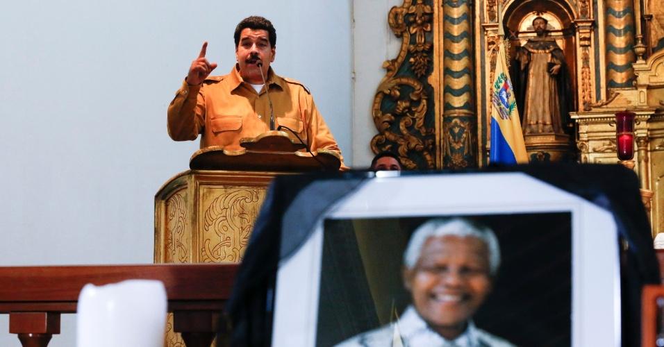 13.dez.2013 - O presidente da Venezuela, Nicolas Maduro, discursa durante uma missa em homenagem ao ex-presidente sul-africano Nelson Mandela, em Caracas. Mandela será enterrado no domingo (15)