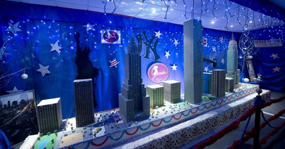 14.dez.2013 - Artistas da cidade de Córdoba, na Espanha, fazem pontos turísticos da cidade de Nova York com chocolate. Foram usados para as esculturas 1.450 kg de chocolate branco e preto