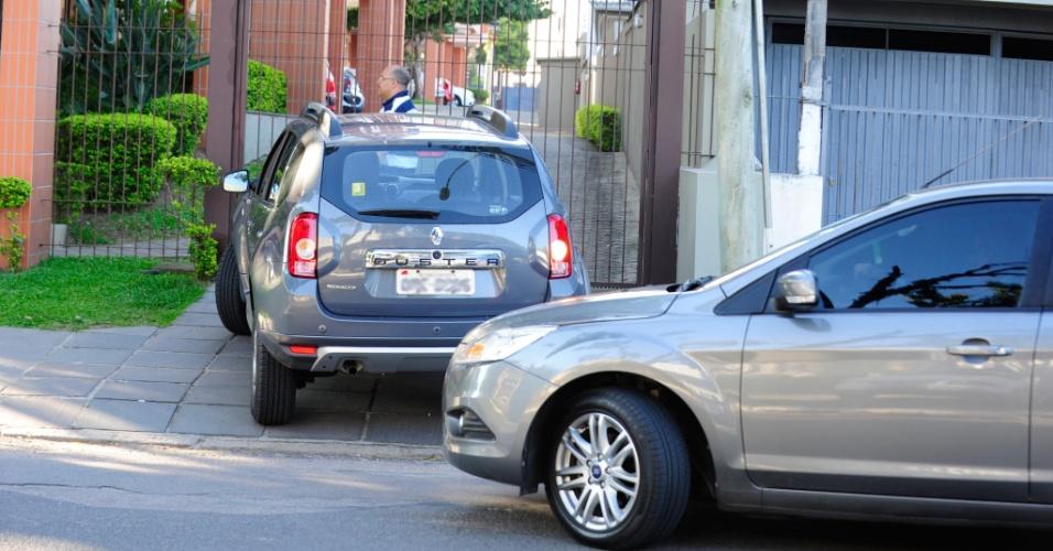14.dez.2013 - Assessores de Dilma Rousseff chegam a apartamento que ela mantém na zona sul de Porto Alegre (RS). A presidente completa neste sábado 66 anos e vai comemorar na capital gaúcha com familiares. Segundo o Palácio do Planalto, não há agenda oficial no Estado