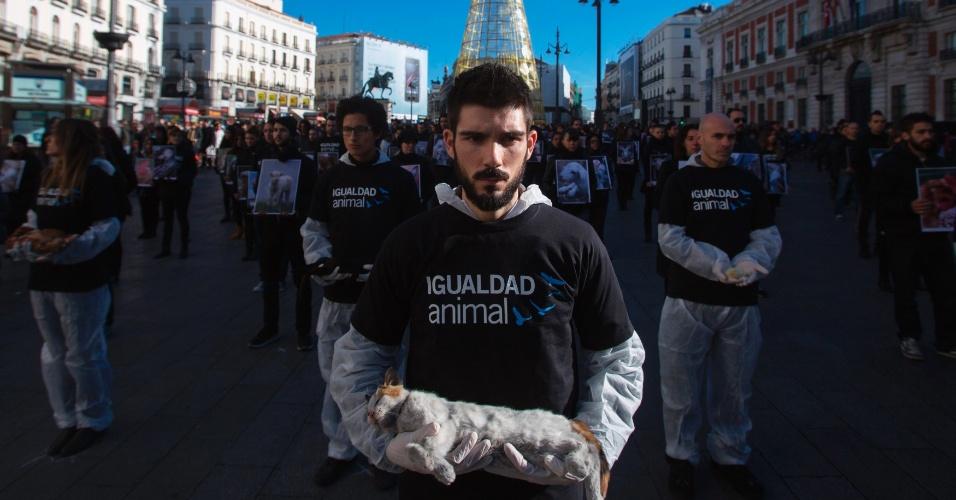 14.dez.2013 - Ativistas dos direitos dos animais carrega um gato morto durante um protesto na cidade de Madri, na Espanha. O protesto faz parte do Dia Internacional dos Direitos do Animal, que foi comemorado no dia 10 de dezembro