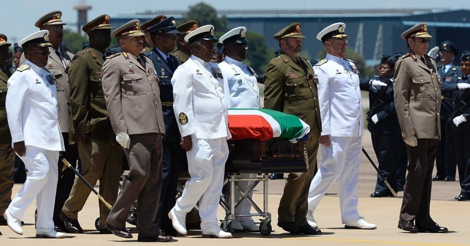 14.dez.2013 - Caixão com o corpo de Nelson Mandela é levado a um avião após uma cerimônia de despedida na base aérea de Waterkloof, nos arredores de Pretória, antes de sua partida para Mthatha de onde irá finalmente partir para Qunu, local do enterro