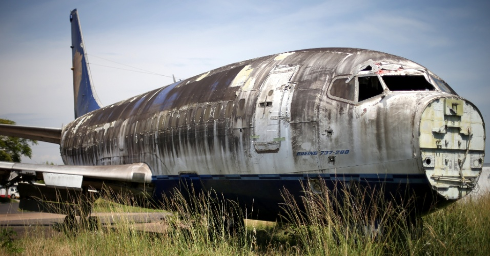 14.dez.2013 - Carcaça de Boeing 737-200 está abandonada em um setor do aeroporto Salgado Filho, em Porto Alegre (RS). Cinquenta e cinco aviões fora de uso se deterioram à espera de leilões em 12 aeroportos do país