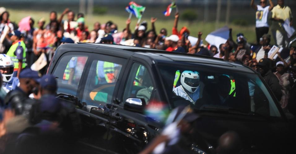 14.dez.2013 - Cortejo fúnebre com o corpo de Nelson Mandela percorre trajeto do aeroporto de Mthatha à vila de Qunu, a 900 quilômetros de distância de Johannesburgo, onde será enterrado o ex-líder sul-africano