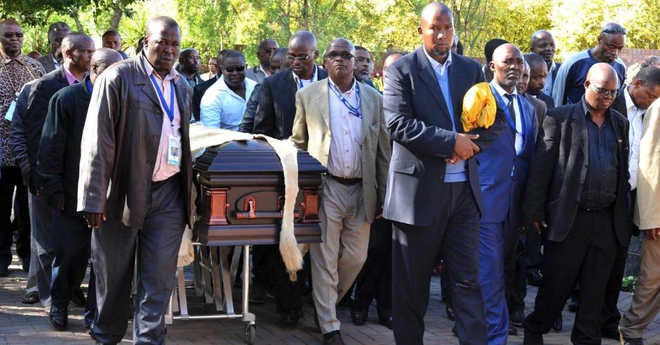 14.dez.2013 - Cortejo fúnebre leva o caixão com o corpo do ex-presidente sul-africano à vila de Qunu, onde ele será enterrado no domingo (15)