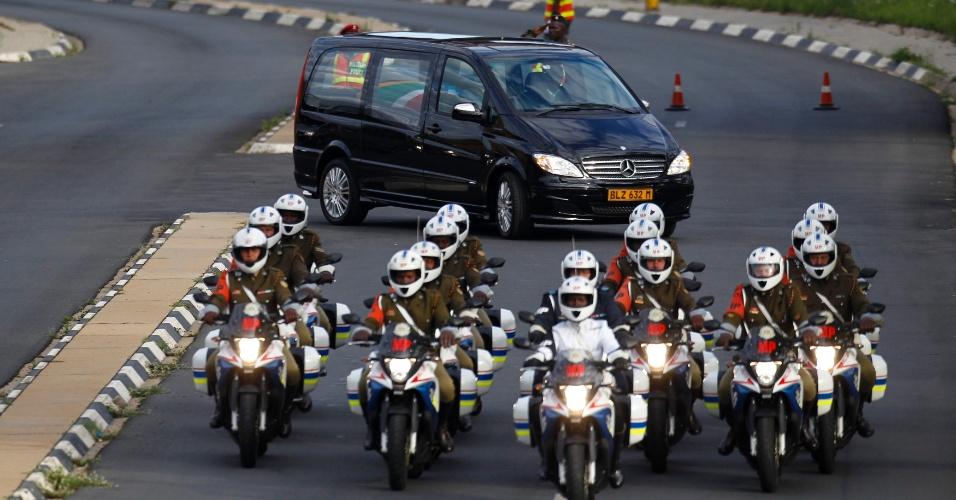 14.dez.2013 - Cortejo fúnebre que leva o caixão com o corpo do ex-presidente sul-africano Nelson Mandela deixa um hospital militar nos arredores de Pretória